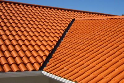 La pose d'un toit en tuiles avec vue sur le faîtage