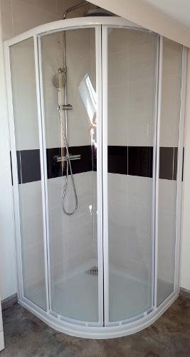 finest amazing cration duun espace douche avec paroi vitre sur mesure with porte douche sous. Black Bedroom Furniture Sets. Home Design Ideas
