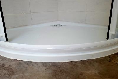 La réalisation, création de salle de bains avec receveur extra-plat