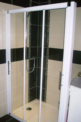 Création d'un espace douche avec paroi vitrée sur mesure